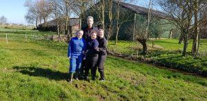 De boer met de stagiaires van Barneveld en Nordwin Leeuwarden